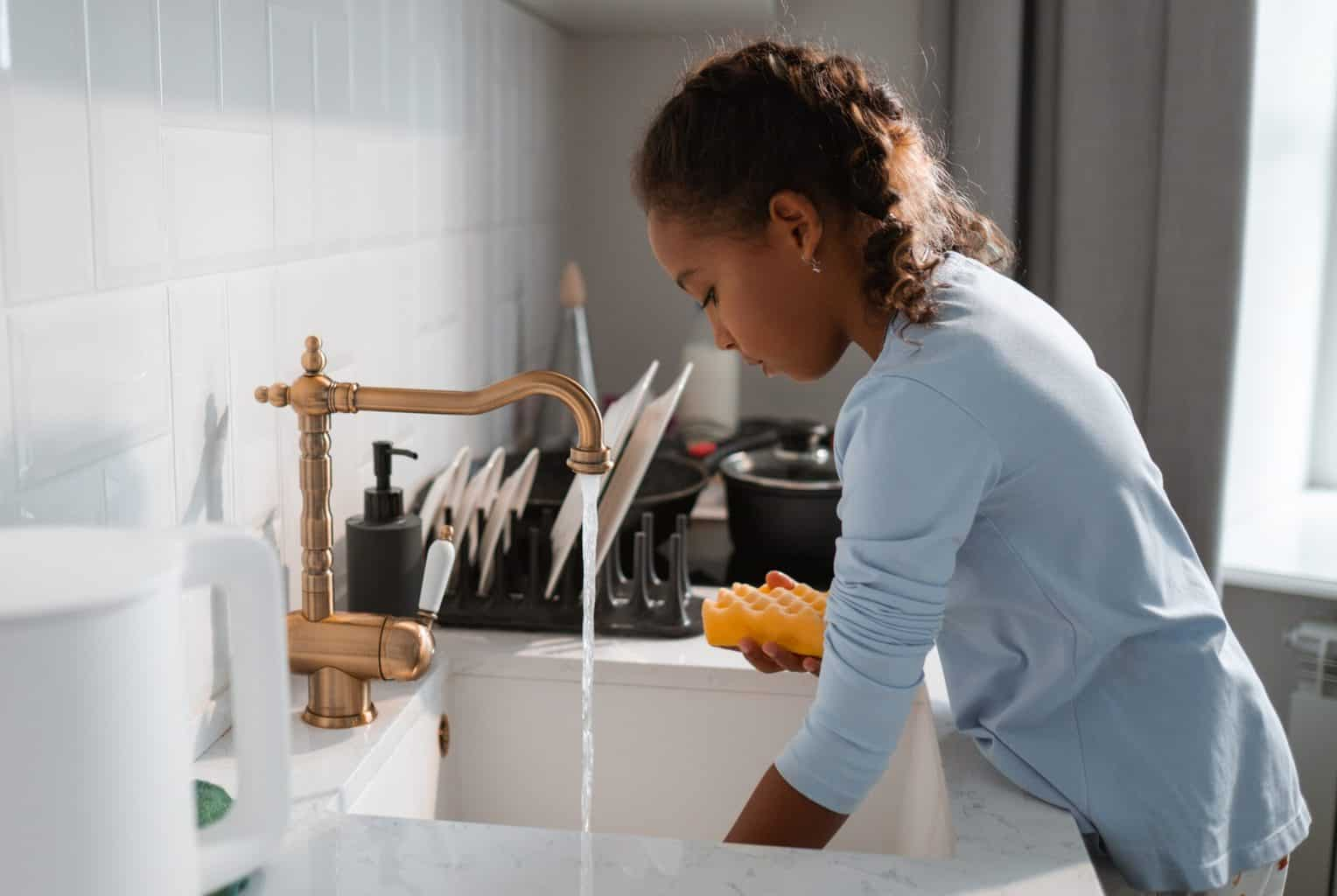 A child washing on the sink